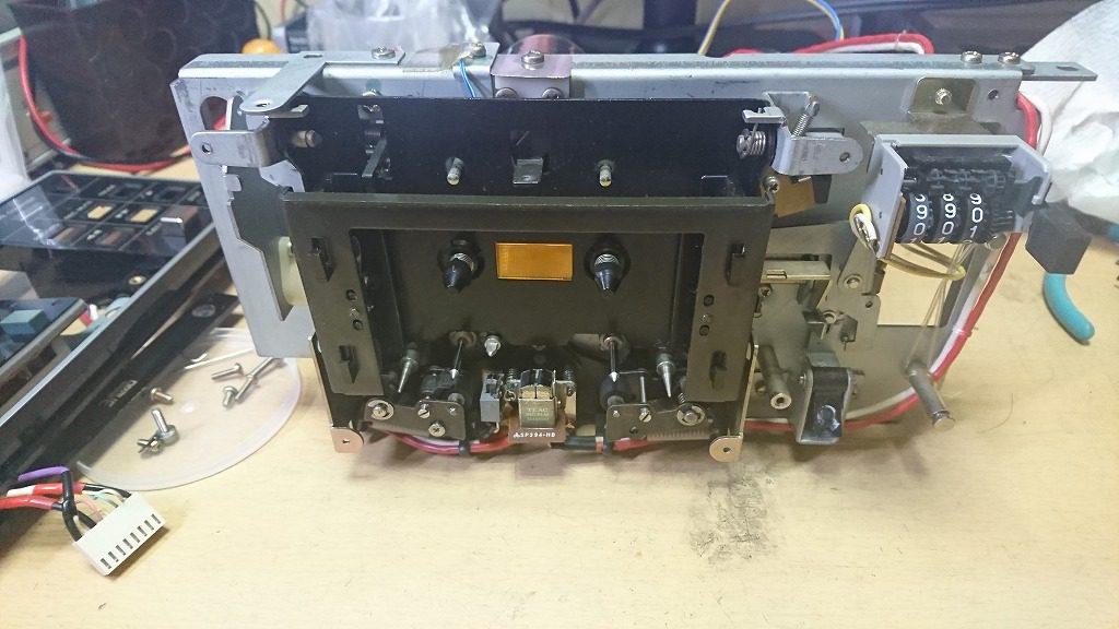 TEAC C-2Xのメカニズム分解 まずは操作パネル、カセットホルダを外す。