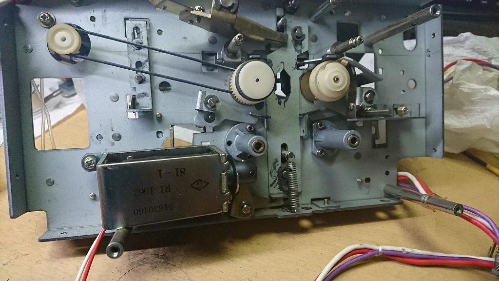 TEAC C-2Xのメカニズム 下の方に付いているのがブレーキ操作用のソレノイド。