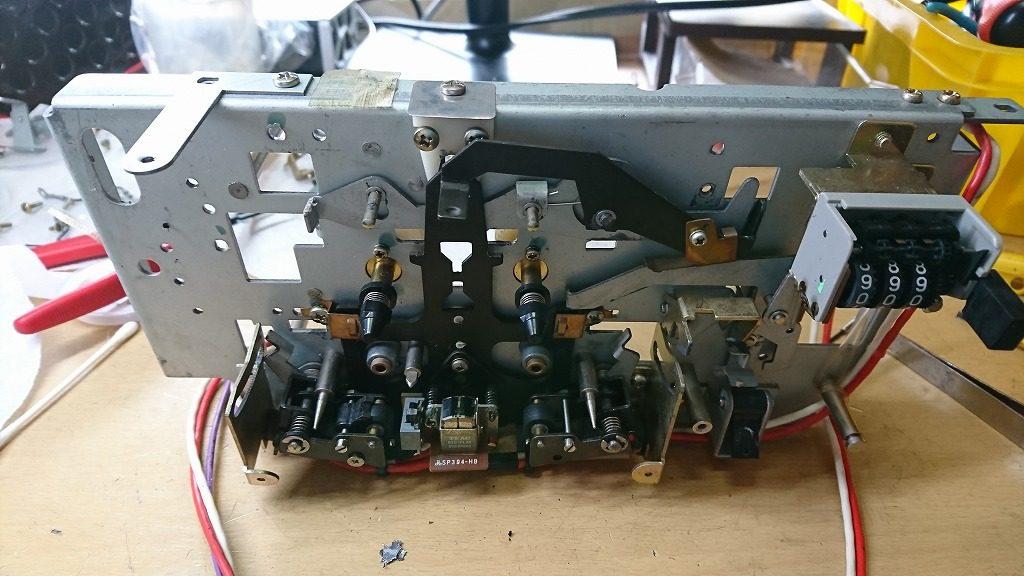 TEAC C-2Xのメカニズムの分解。残り前面についている部品を外していく。