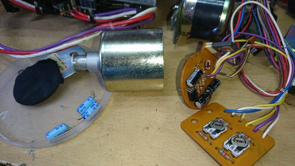 TEAC C-2Xのキャプスタンモーターの中身 基板に電解コンデンサーが3つある。