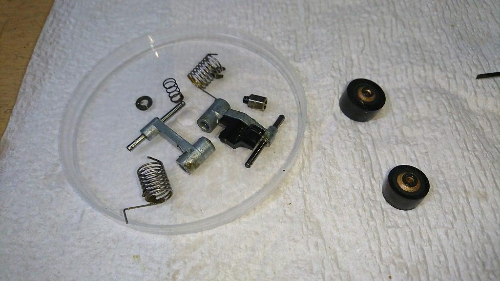 TC-K777ESⅡ ピンチローラーを軸から外し、固着した部分を洗浄する。