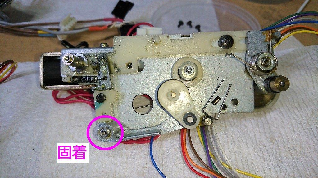 TC-K777ESⅡ 巻取り機構の固着部分。早巻き用のアイドラが付いたレバーが動かなくなる。