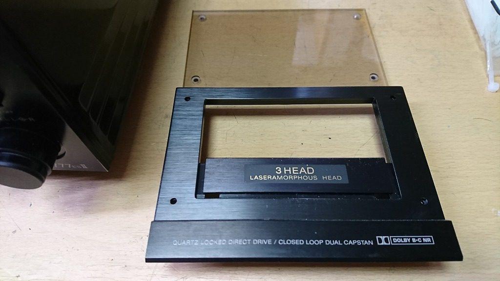 TC-K777ESⅡ カセットホルダのリッドにあるアクリル板は六角レンチで外すことができる。