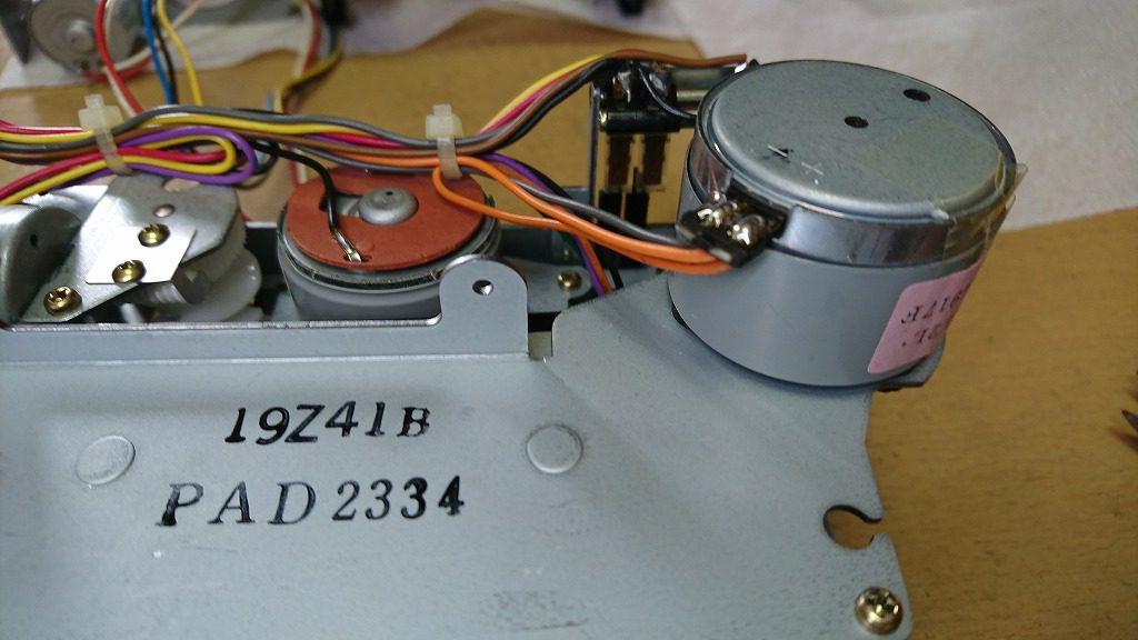 V-6030Sのキャプスタンモーター。橙色が+12Vの電源、黒色がグランドの配線。