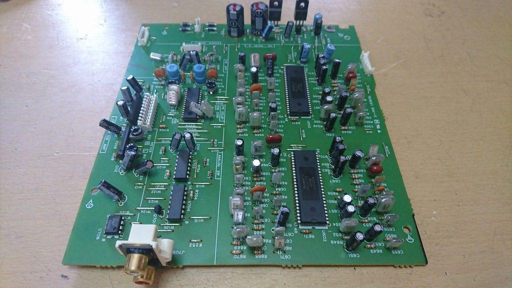 V-6030Sの再生アンプ回路基板。20cm×16cmくらいで、昭和のデッキと比べるとかなりコンパクト。
