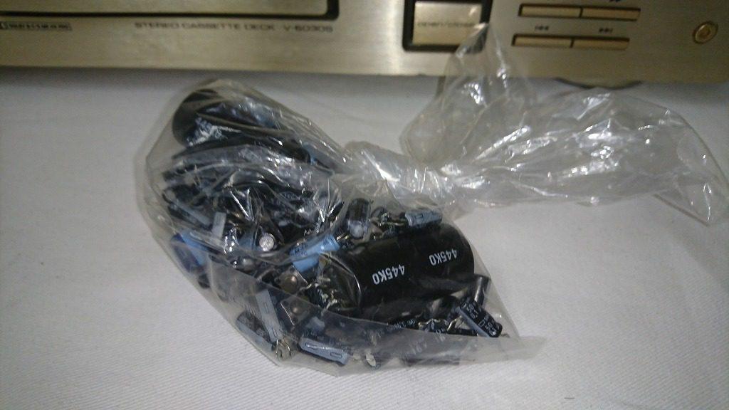 交換で取り外したV-6030Sの電解コンデンサー