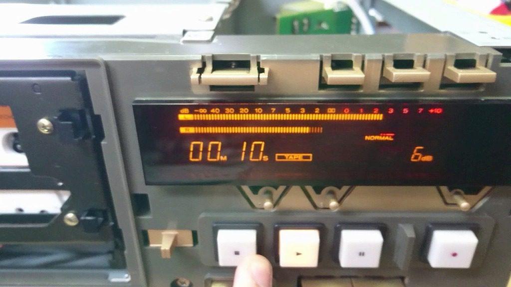 GXヘッド交換したV-6030S。再生してみると、左は+2dBまで出ているのに右は-2dBしか出ていない。