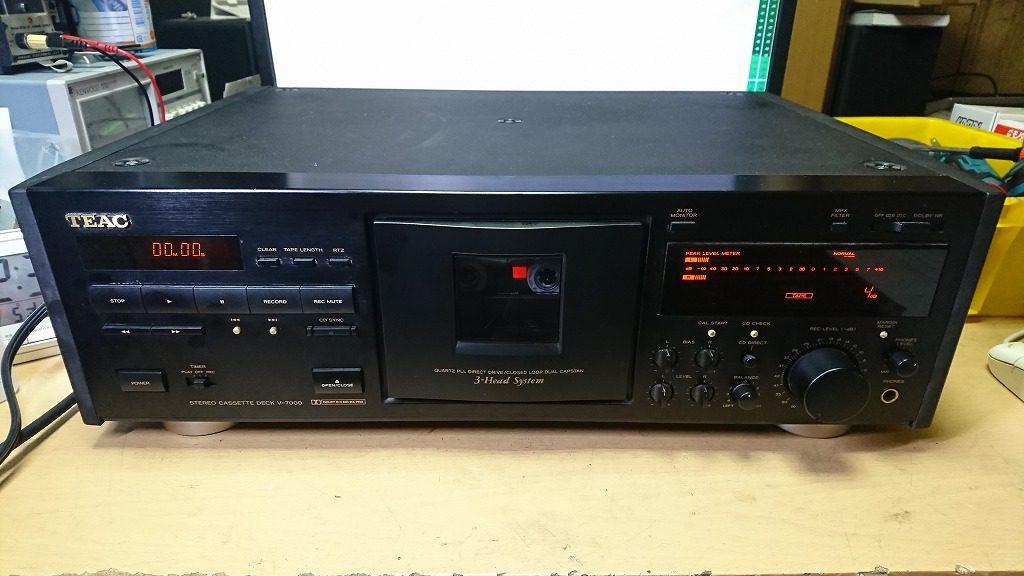 修理前のTEAC V-7000。再生はできるが、テープが巻き込んでしまう。