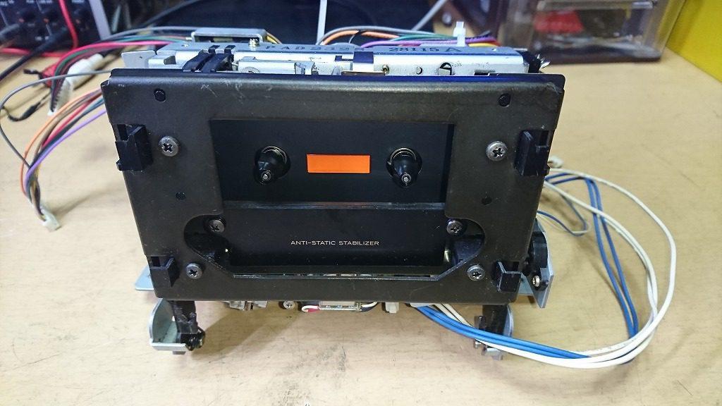 TEAC V-7000のメカニズム。他のメーカーで汎用されているサンキョー製を採用している。