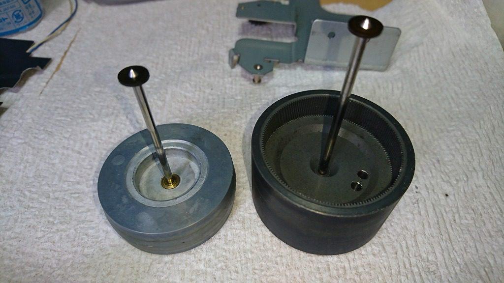 V-7000のキャプスタンホイール。組み立てるときにオイルを1滴注入し、回転を良くさせる。